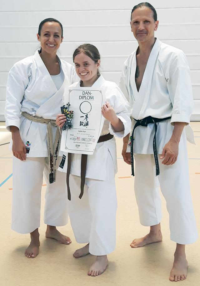 Sophie mit Dan-Diplom mit Schahrzad Mansouri und Sigi Hartl